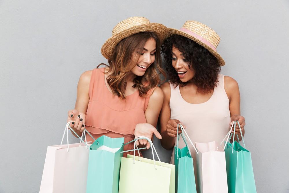 deux femmes heureuses en retour de shopping avec des sacs